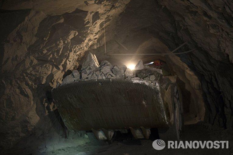Погрузо-доставочная машина на шахте Северная Березовского золотоносного рудника в Свердловской области