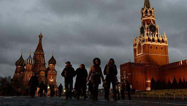 Люди на Красной площади в Москве. Архивное фото