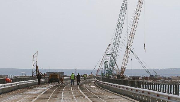 Установка временного моста для технических нужд перед началом строительства Керченского моста в окрестностях порта Тамань