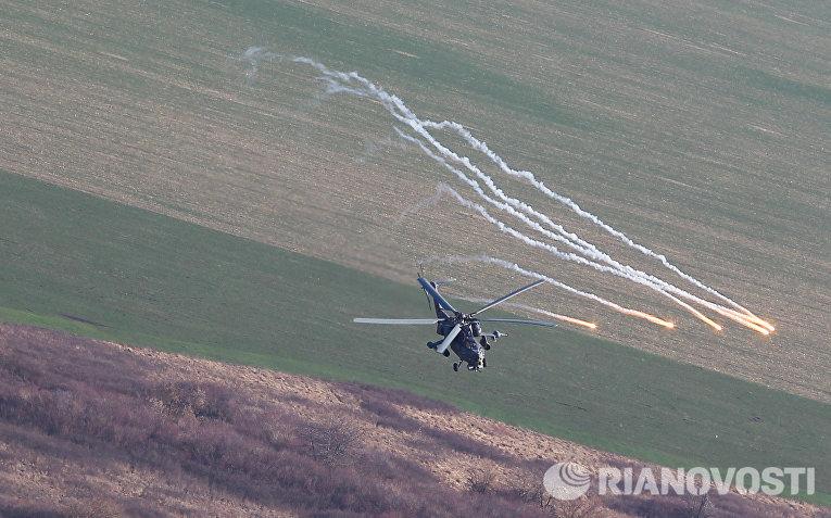 Вертолет Ми-35М во время учебно-тренировочного полета экипажей армейской авиации отдельного вертолетного полка Южного военного округа