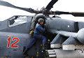 Техник готовит вертолет Ми-35М к учебно-тренировочным полетам экипажей армейской авиации отдельного вертолетного полка Южного военного округа