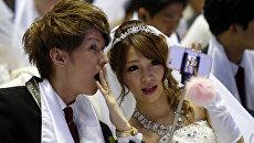 Пары со всего мира принимают участие в церемонии массовой свадьбы в Южной Корее
