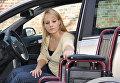 Женщина-инвалид садится за руль автомобиля