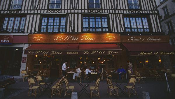 Вечером в уличном кафе Парижа
