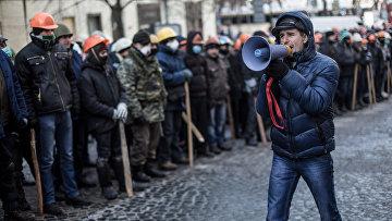 Сторонники оппозиции у входа в захваченное протестующими здание Министерства юстиции Украины