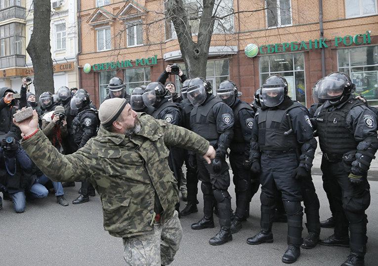 Радикал бросает камень в офис Сбербанка в Киеве. 20 февраля 2016