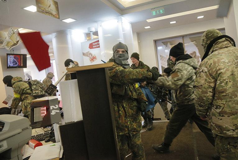 Украинские радикалы в здании Альфа-банка в Киеве. 20 февраля 2016
