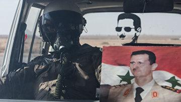 Летчик ВВС сирийской армии в автомобиле на базе Военно-воздушных сил Сирии в провинции Хомс