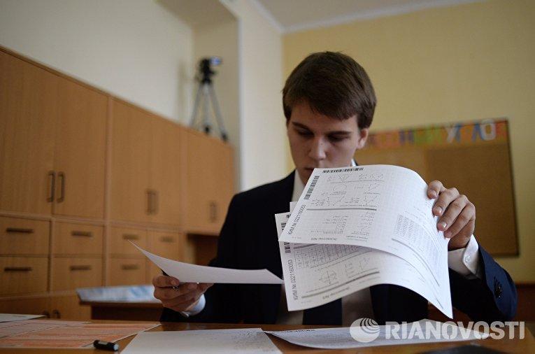 Ученик во время пробного Единого государственного экзамена по математике в московской школе с углубленным изучением английского языка № 12841