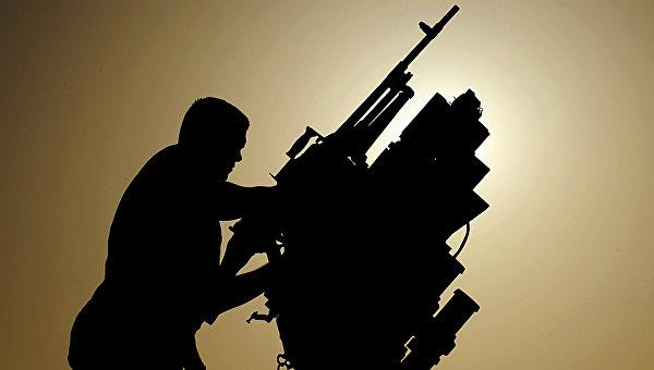 Канадский военный проверяет пулемет на бронетранспортере. Архивное фото