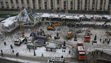 Сотрудники коммунальных служб сносят торговый центр Пирамида на Пушкинской площади в Москве