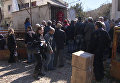 Сирийцы стояли в очереди за коробками гумпомощи с мукой и сахаром в Хомсе