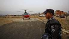 Вертолет с телами жертв разбившегося самолета авиакомпании Tara Airlines в городе Покхара, Непал. 25 февраля 2016