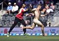 Голый мужчина бежит по стадиону во время матча по крикету между сборными Новой Зеландии и Австралии