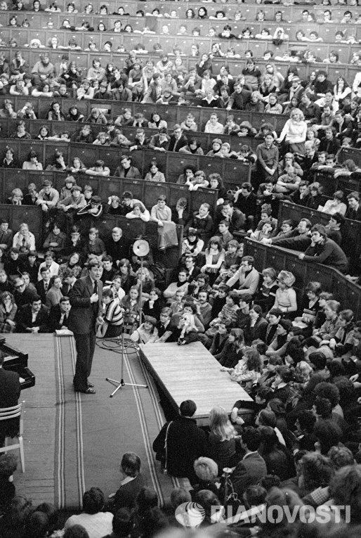 Заслуженный артист РСФСР Андрей Миронов выступает в аудитории Одесского политехнического института