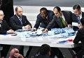 Процедура подсчета результатов голосования на выборах нового президента ФИФА на внеочередном конгрессе Международной федерации футбола (ФИФА) в Халленштадионе.