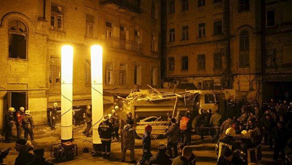 Спасатели на месте обрушения дома в Киеве, 25 февраля 2016