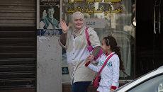 Женщина с ребенком на одной из улиц, Сирия. Архивное фото