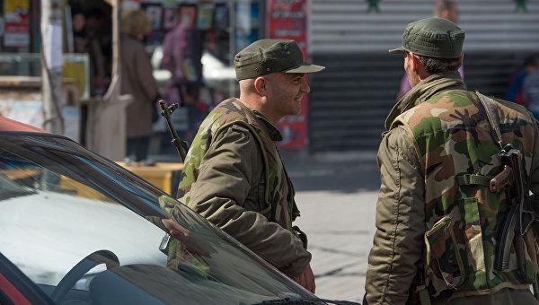 Военнослужащие сирийской армии на одной из улиц Дамаска в первый день перемирия. Архивное фото
