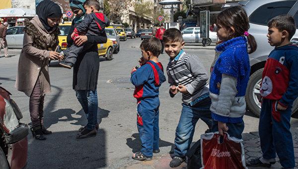 Жители Дамаска на улицах города в первый день перемирия.