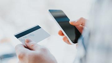 Кредитная карта и интернет. Архивное фото