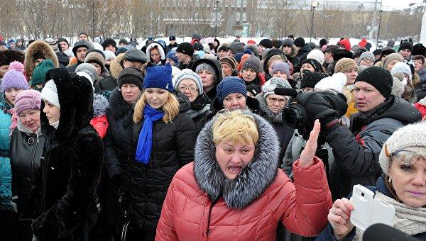 Родственники горняков принимают участие в митинге на центральной площади в Воркуте. Архивное фото