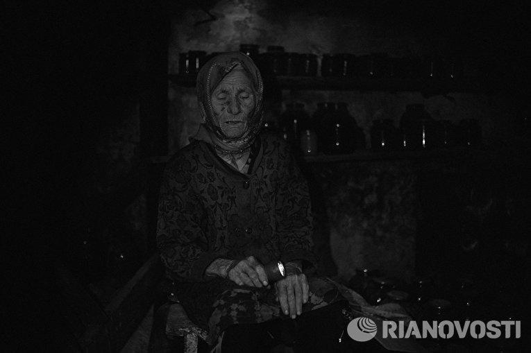 Работа из серии фотографий сделанных на Донбассе в сентябре 2015 года. Валентина Шепуля, 85 лет, житель деревни Желобок, расположенной в 80 км от Луганска
