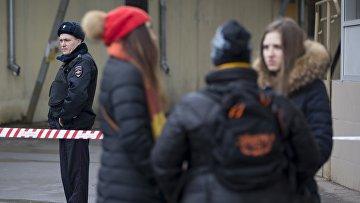 Полиция у метро Октябрьское поле в Москве