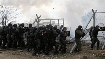Полиция Македонии применяет слезоточивый газ против беженцев, которые пытаются прорвать ограждения на границе Греции и Македонии. 29 февраля 2016