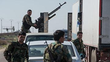 Охрана конвоя, доставившего гуманитарную помощь. Архивное фото