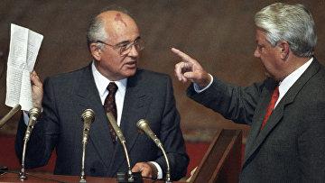 Горбачев и Ельцин на внеочередной сессии ВС РСФСР. Архивное фото