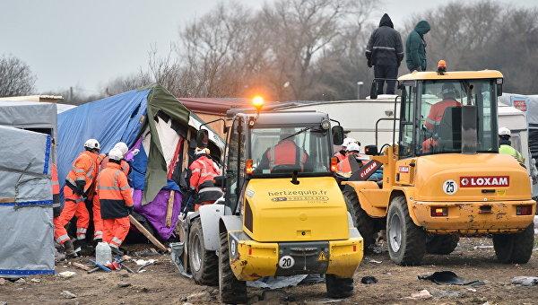 Снос лагеря мигрантов Джунгли во французском городе Кале. 29 февраля 2016. Архивное фото