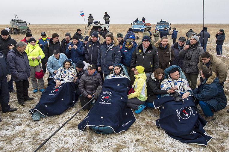 Спускаемая капсула корабля Союз ТМА-18М с участниками годовой миссии — Скоттом Келли и Михаилом Корниенко, а также Сергеем Волковым