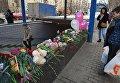 """Цветы, свечи и игрушки у метро """"Октябрьское поле"""" в память о убитой девочке"""