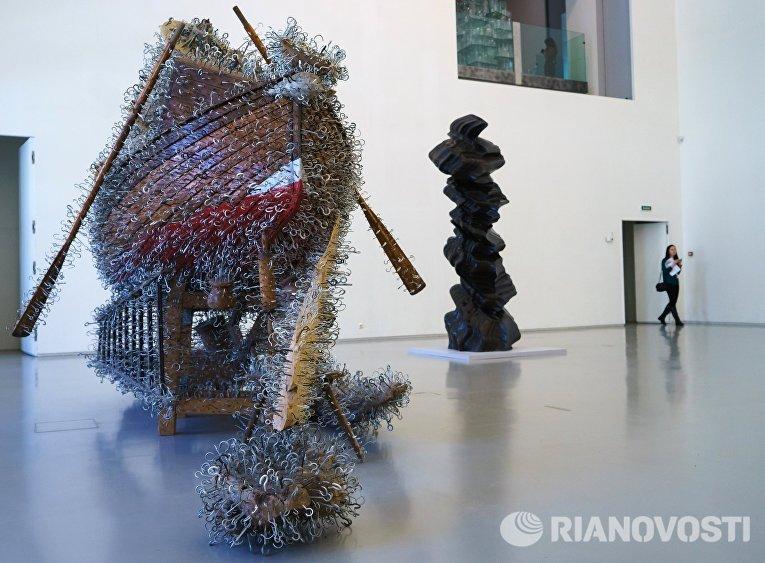 Работы британского скульптора Тони Крэгга на пресс-показе выставки Тони Крэгг. Скульптура и рисунки в Главном Штабе Государственного Эрмитаж