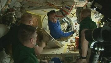Космонавты обнимались и фотографировались на МКС перед возвращением на Землю