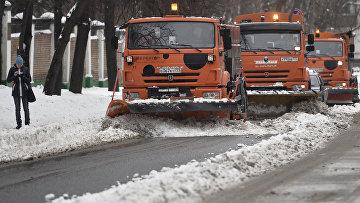 Специальные машины управления жилищно-коммунального хозяйства (ЖКХ) убирают снег на одной из улиц Москвы после сильного снегопада. Архивное фото