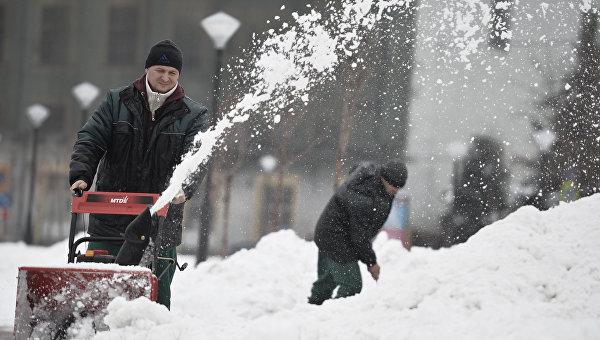 Мужчина убирает снег с помощью снегоуборочной машины после сильного снегопада в Москве. Архивное фото