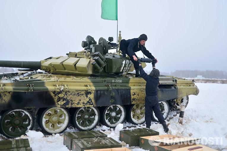 Экипаж танка Т-72 во время выполнения боевого упражнения во время соревнований отборочного этапа конкурса Танковый биатлон-2016