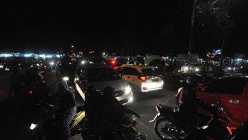 Жители спешат попасть в более высокую часть острова опасаясь цунами. Паданг, Индонезия