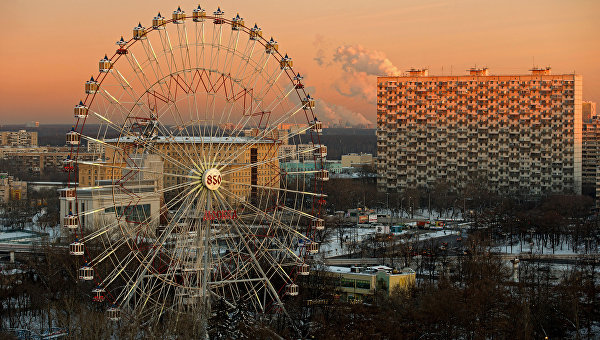 Вид на колесо обозрения на ВДНХ в Москве. Архивное фото