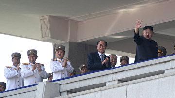 Лидер Северной Кореи Ким Чен Ын (справа) выступает во время военного парада