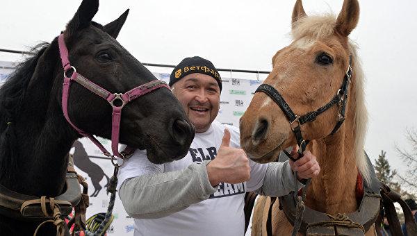 Челябинский силач Эльбрус Нигматуллин совершил уникальный трюк с удерживанием двух коней. Архивное фото