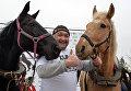 Челябинский силач Эльбрус Нигматуллин совершил уникальный трюк с удерживанием двух коней