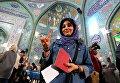 Девушка после голосования на парламентских выборах в Тегеране, Иран