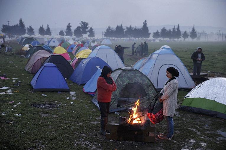 Временный лагерь для мигрантов на границе Греции и Македонии