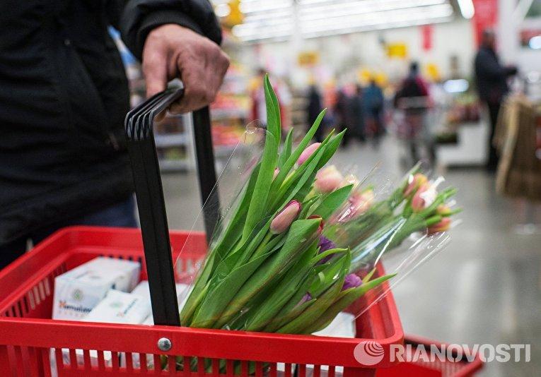 Продажа цветов в гипермаркете торговой сети Ашан в преддверии праздника 8 марта в Омске