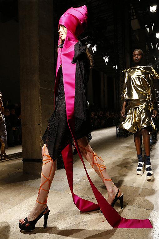 Показ коллекции Vivienne Westwood во время недели моды прет-а-порте в Париже. Март 2016