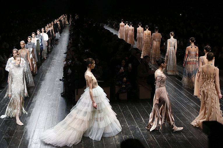 Показ коллекции Valentino во время недели моды прет-а-порте в Париже. Март 2016