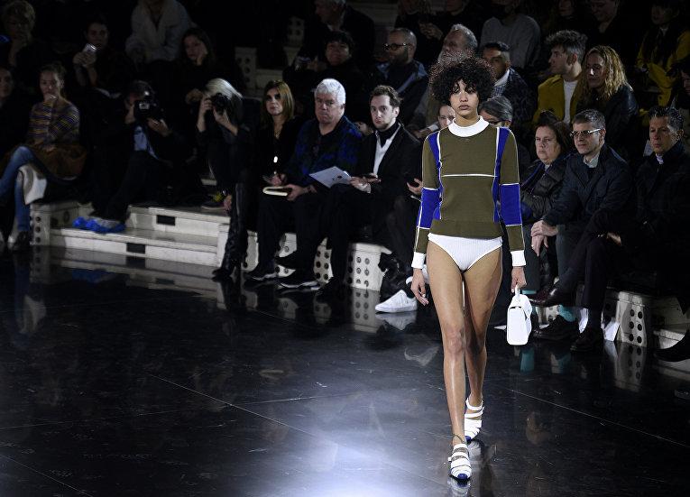 Показ коллекции Courreges во время недели моды прет-а-порте в Париже. Март 2016